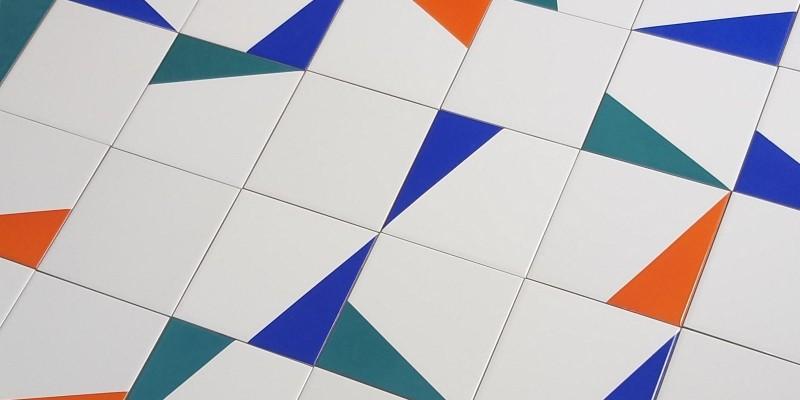 Projeto com azulejos GEO coloridos